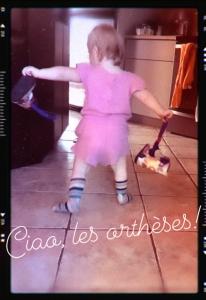 """Malou, de dos, qui s'éloigne de la caméra. Elle semble dire """"Ciao!"""" à ses orthèses (en fait la photo date de quelques semaines mais vous comprenez le principe!)"""